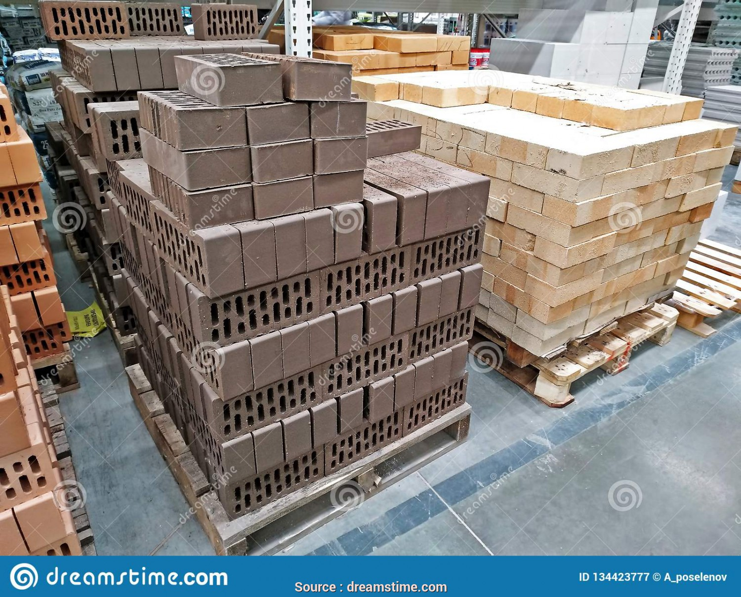 Leroy Merlin Pallet, Eccezionale KEMEROVO, RUSSIA, DECEMBER, 2018. Pallets With Various Kinds Of Bricks In A Large Building Materials Store Leroy Merlin
